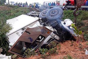 Hàng chục cảnh sát 'giải cứu' 3 người mắc trên xe tải gặp nạn