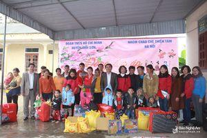 Trao quà cho học sinh ở Anh Sơn, Quỳ Châu; 700 tình nguyện viên hiến máu ở Diễn Châu