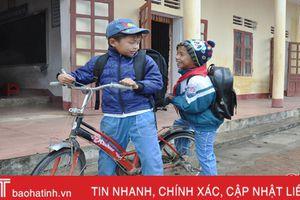 Cảm động chuyện học sinh Hà Tĩnh tình nguyện chở bạn tới trường