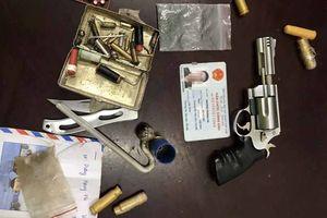Cảnh sát tóm gọn thanh niên mang súng phóng xe không đội mũ bảo hiểm