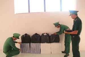Đồn Biên phòng Vĩnh Nguơn thu gần 2.300 gói thuốc lá ngoại nhập lậu