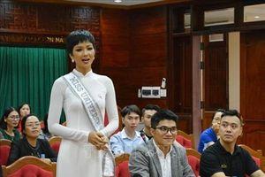 Đắk Lắk trao bằng khen thưởng cho Hoa hậu H'Hen Niê