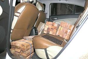 Gỗ quý giấu đầy cốp xe du lịch và xe bán tải