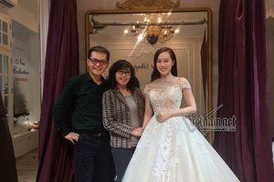 Showbiz 7/1: NSND Trung Hiếu dẫn bạn gái kém 19 tuổi thử váy cưới