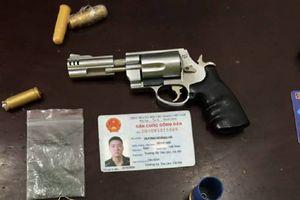 Nam thanh niên ngang nhiên mang súng và dao bấm dạo phố bị CSGT tóm gọn