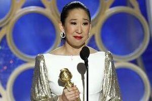 Nhận giải Nữ chính xuất sắc nhất khi đang làm host Quả Cầu Vàng 2019, nữ diễn viên gốc Á Sandra Oh ghi dấu lịch sử