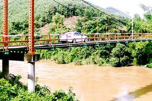 Xe ô tô chạy trên cầu treo