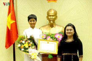 Hoa hậu H' Hen Niê rạng rỡ nhận bằng khen của lãnh đạo tỉnh Đắk Lắk