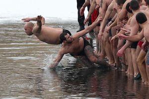 Người Cơ đốc giáo nhảy xuống dòng sông băng giá mừng Lễ Hiển Linh