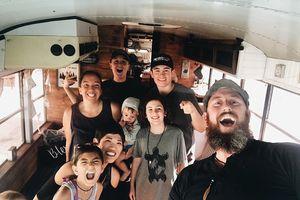 Gia đình 9 người biến xe bus thành nhà để du lịch vòng quanh nước Mỹ