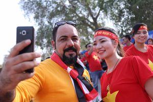 Cổ động viên Việt Nam và Iraq vui vẻ giao lưu trước giờ bóng lăn
