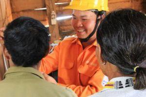 Ngành điện Gia Lai kéo điện, giúp dân vùng sâu đón Tết