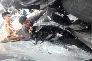 Xe bán tải chạy lùi gây tai nạn liên hoàn, 2 xe máy và 1 ôtô hư hỏng nặng