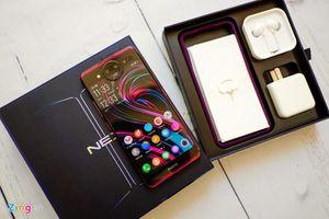 Phấn khích trên tay smartphone 2 màn hình, RAM 10 GB mới tới Việt Nam