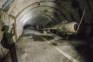 Đột nhập căn cứ không quân bất khả xâm phạm ở Đông âu