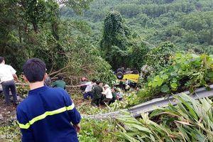 Xe khách rơi xuống đèo Hải Vân, 23 người bị nạn