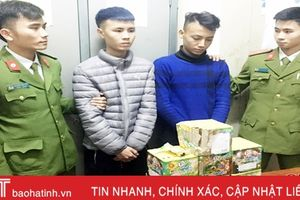 Bắt 2 thanh niên thuê xe taxi chở pháo đi bán