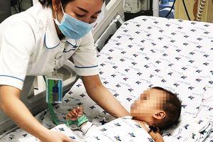 Uống thuốc trừ sâu đựng trong chai trà xanh C2 bé trai 15 tháng tuổi nguy kịch tính mạng