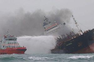 Clip: Cận cảnh tàu chở dầu Việt Nam bốc cháy ngoài khơi Hong Kong