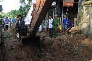 Máy xúc đào trúng mìn, một người bị thương, 10 ngôi nhà hư hỏng