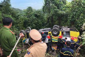 Xe chở 21 sinh viên lao xuống đèo Hải Vân, 1 người tử vong