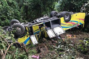 Xe khách chở 21 sinh viên Kiên Giang lao xuống vực đèo Hải Vân, nhiều người trọng thương