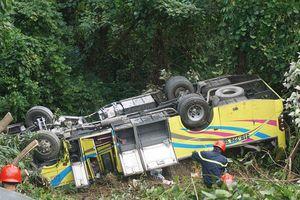 Hiện trường kinh hoàng vụ xe khách chở 21 sinh viên thực tập rơi vực đèo Hải Vân khiến cô gái tử nạn