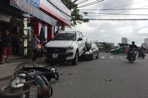 Xe bán tải chạy lùi kéo lê 2 xe máy, 'cưỡi' lên đầu ôtô