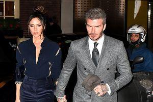 David Beckham phong độ với vest xám, ngọt ngào nắm tay vợ đi dự tiệc