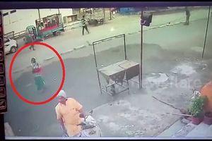 Đứng cầu nguyện sau xe tải, người phụ nữ suýt bị đâm mất mạng