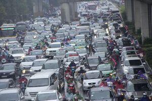 Mưa rét kèm sương mù, nhiều đường ở Hà Nội không còn 'kẽ hở'