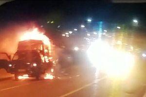 Đang lưu thông trên đường, xe tải bất ngờ bốc cháy gây ùn tắc kinh hoàng
