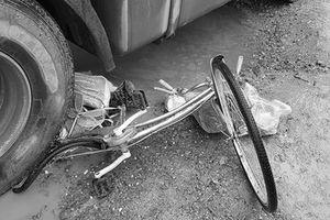 Hà Nội: Va chạm với xe container, người phụ nữ đi xe đạp tử vong