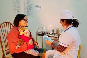 Mẹ 'đội' mưa rét đưa con đi tiêm vaccine ComBE FIVE