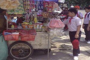 Nhập viện sau khi uống trà sữa: Hiểm họa từ thực phẩm bẩn quanh trường học
