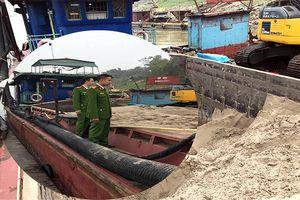 Liên tiếp bắt giữ tàu khai thác cát trái phép trên sông Hồng