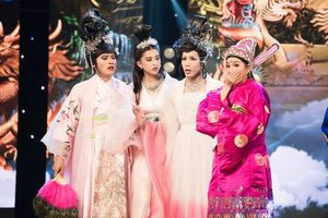 Hoa hậu Tiểu Vy 'nhập vai' diễn rơi cả mic trên sân khấu