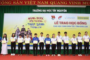 Nam A Bank và Hoa hậu H'Hen Niê trao học bổng tại Đắk Lắk