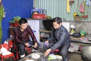Hải Phòng: Phát hiện cơ sở bơm tạp chất vào tôm rồi bán cho khách để kiếm lời