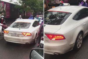Ô tô Audi A7 lấn làn ngược chiều, bị ép chạy lùi trên phố Hà Nội