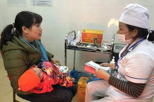Bác sĩ hướng dẫn theo dõi trẻ sau tiêm vắc xin mới ComBE Five