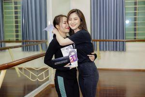 Hương Tràm bất ngờ xuất hiện tặng vé cho hai fans chiến thắng chiến dịch viết thư tay