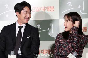 Họp báo 'Witness': Chú 45 cháu 18, Jung Woo Sung - Kim Hyang Gi đáng yêu khoác tay nhau