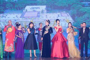 Trịnh Kim Chi diện váy đỏ rực lộng lẫy trên ghế nóng cuộc thi Thần tượng Doanh nhân