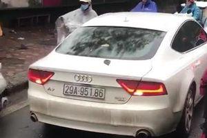 Xe sang Audi A7 chạy lấn làn, bị ép lùi trên phố Hà Nội