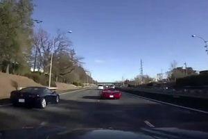 Hai siêu xe đua nhau trên cao tốc, đâm vào dải phân cách nát bét
