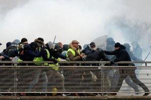 Cựu võ sĩ quyền anh Pháp tấn công cảnh sát chống bạo động
