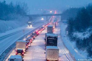 Tuyến đường ở Đức bị phong tỏa vì tuyết rơi dày