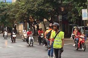 Triệu tập nhóm phượt thủ ngang nhiên chặn ngã tư cho cả trăm xe máy băng qua