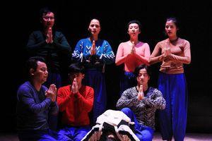 Đạo diễn người Nhật vừa khóc vừa dựng vở kịch 'Sự sống' của cố NSND Anh Tú
